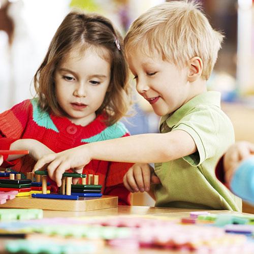 bambini giocano al marsupio